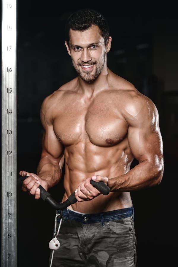 Mann mit Gewichtstraining im Turnhallenausrüstungs-Sportverein stockbild