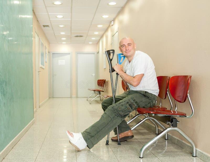 Mann mit Gips und Krücken stockfoto