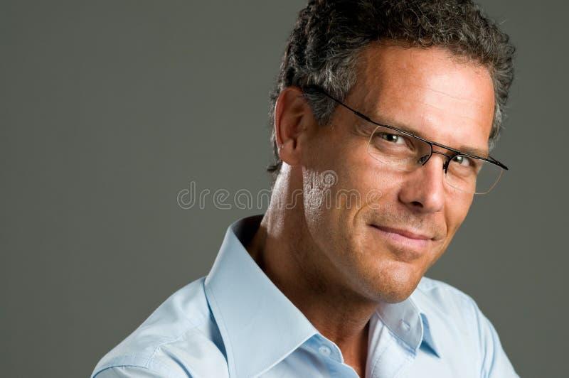 Mann mit Gläsern stockbild