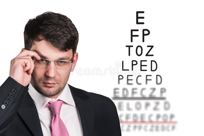 Mann mit Gläsern auf Sehvermögentest lizenzfreies stockfoto