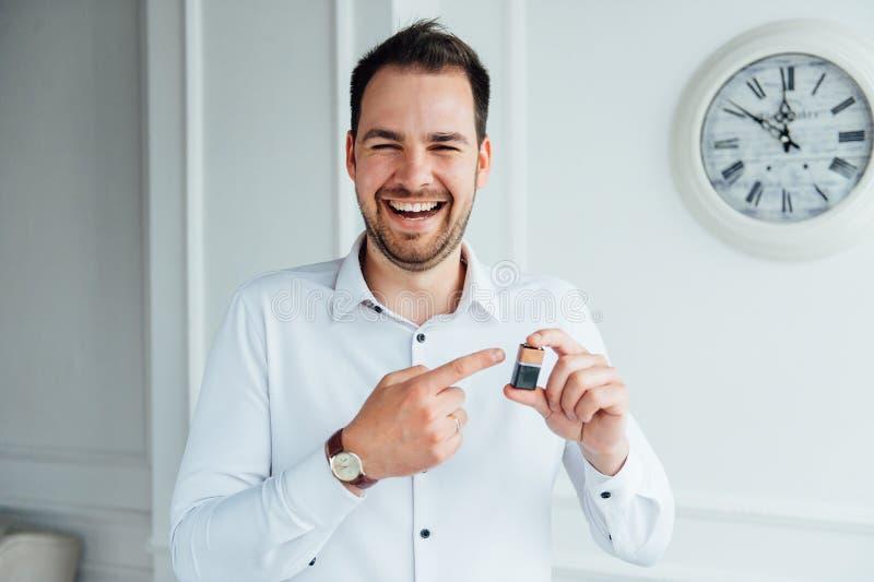 Mann mit glücklichem Gesichtsausdruck stockfotografie