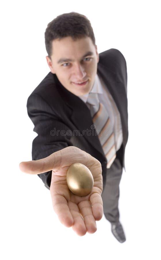 Mann mit Goldei lizenzfreie stockfotografie
