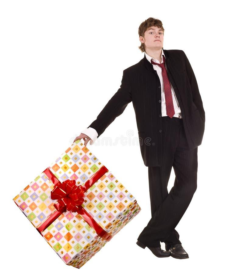 Mann mit großem Geschenkkasten. stockbild