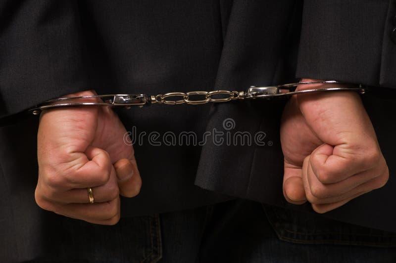 Mann mit Handschellen gefesselt lizenzfreies stockbild