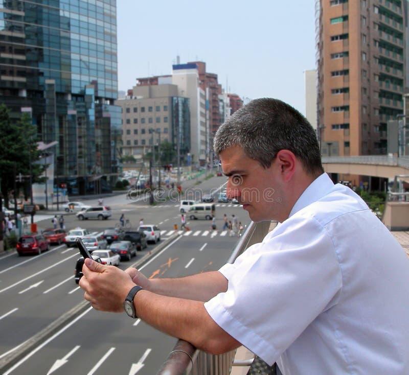 Mann mit Handy in einer Stadt lizenzfreies stockfoto