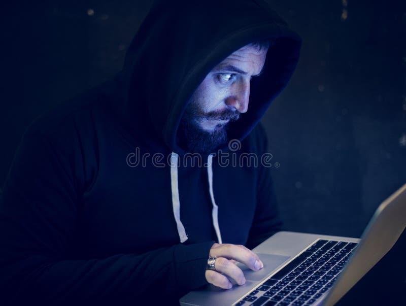 Mann mit Haube im Hackertrieb lizenzfreie stockfotografie