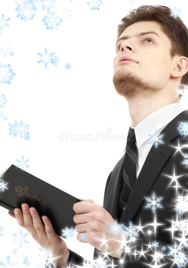 Mann mit heiliger Bibel stockbilder