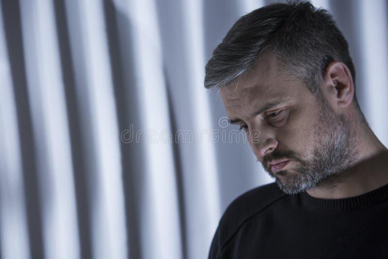 Mann mit Herbstkrise lizenzfreie stockbilder