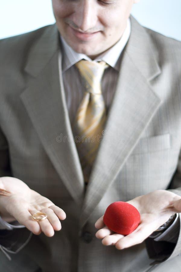 Mann mit Hochzeitsring lizenzfreies stockfoto