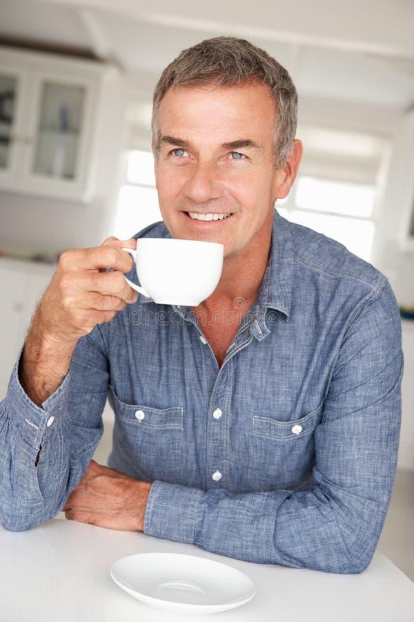 Mann mit Kaffee zu Hause stockfotos