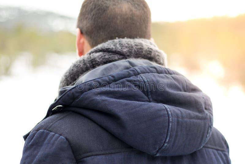 Mann mit mit Kapuze Rückseite und Schal stockfoto