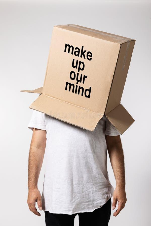 Mann mit Kasten auf seinem Kopf, denken außerhalb des Kastens stockbild