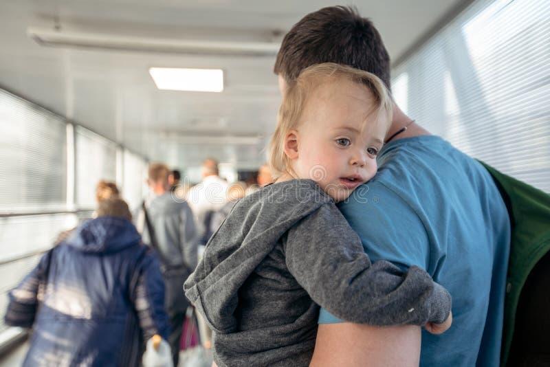 Mann mit Kind auf travelator lizenzfreie stockfotografie