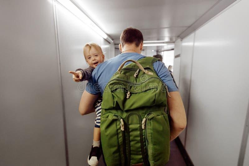 Mann mit Kind auf travelator stockbild