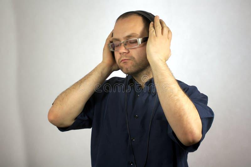 Mann mit Kopfhörern stockbild