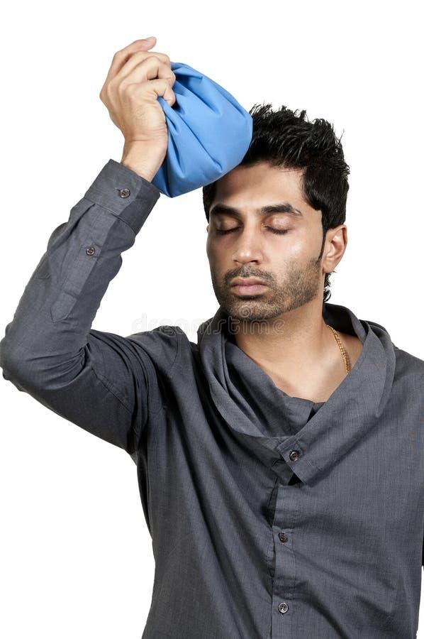Mann mit Kopfschmerzen stockbild
