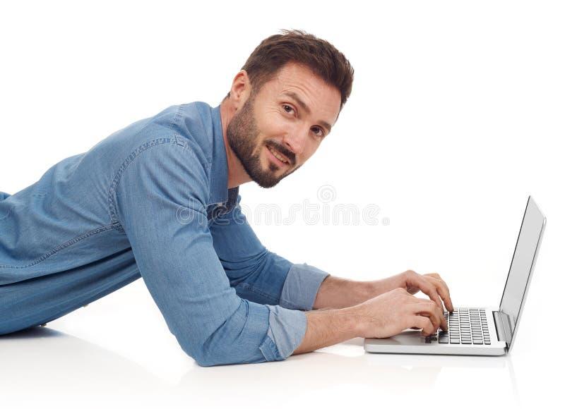 Mann mit Laptop stockbild
