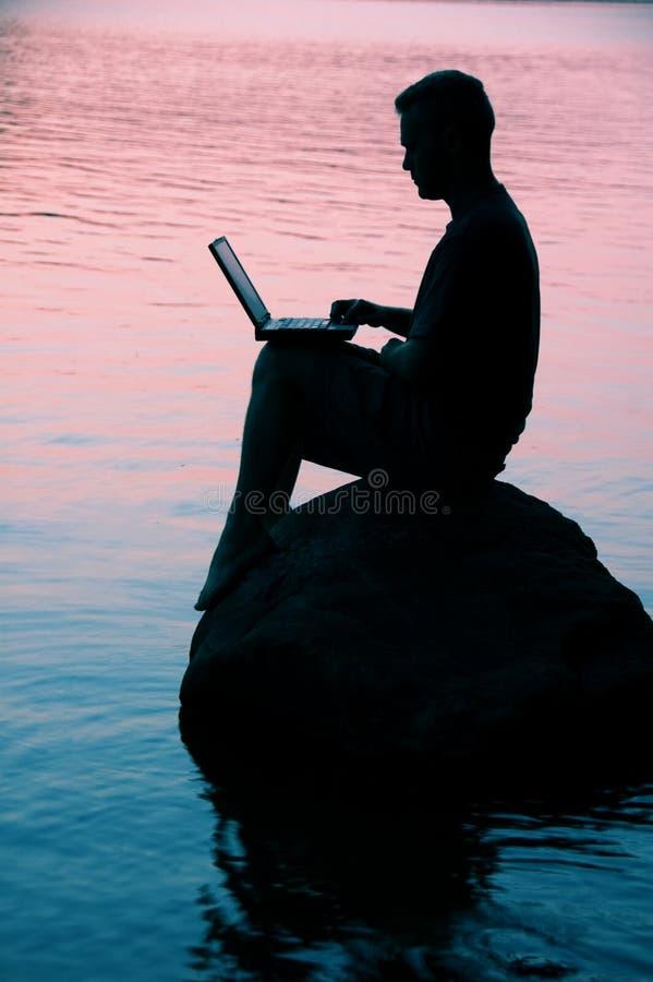 Mann mit Laptop stockbilder