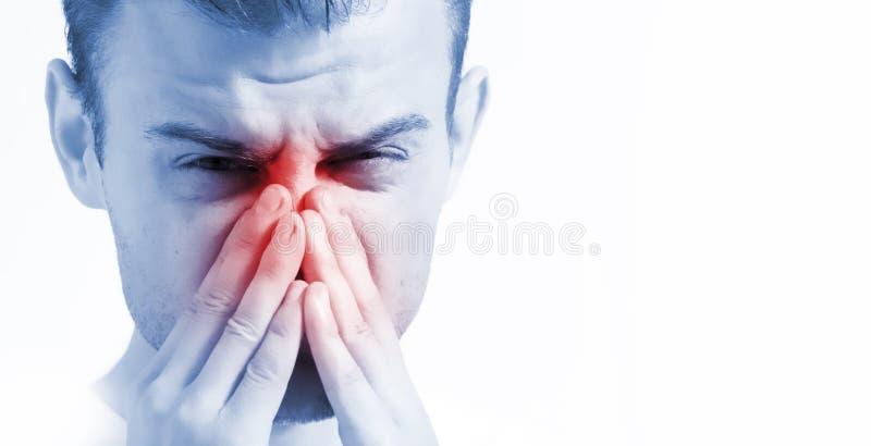 Mann mit laufender Nase auf weißem Hintergrund, im blauem Tonen, krank mit Kehlkopfentzündung lizenzfreies stockfoto