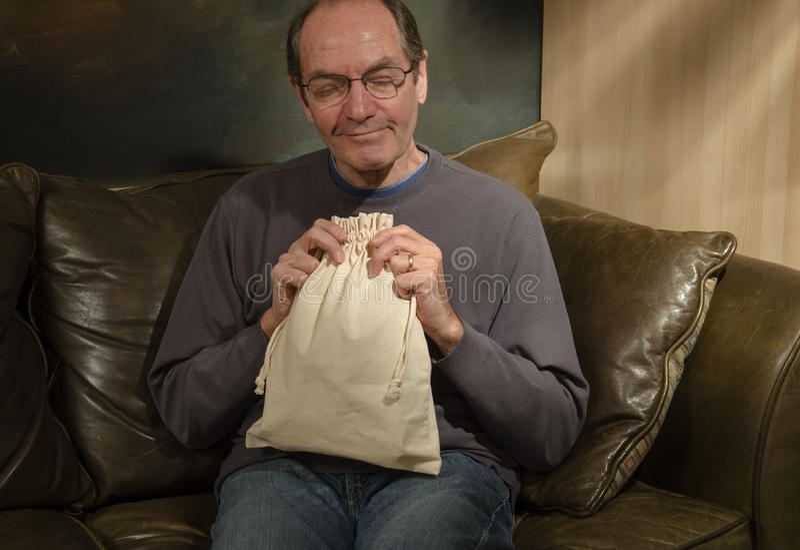 Mann mit Leinensack lizenzfreies stockfoto