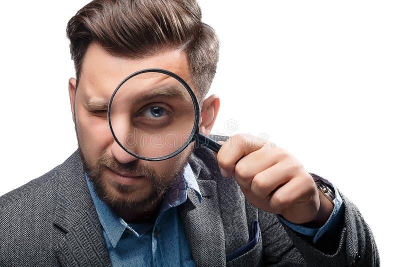Mann mit Lupe auf weißem Hintergrund lizenzfreies stockbild