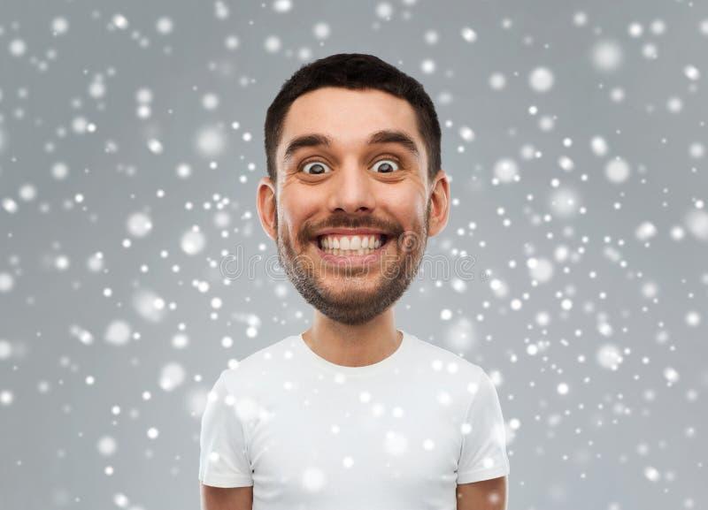 Mann mit lustigem Gesicht über Schneehintergrund lizenzfreie stockfotos