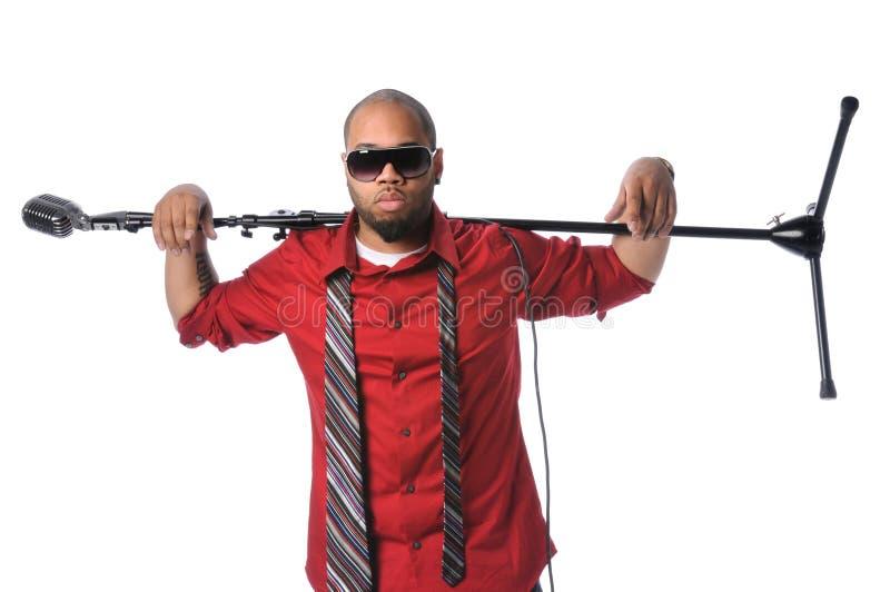 Mann mit Mikrofon-Standplatz auf Schulter lizenzfreie stockbilder