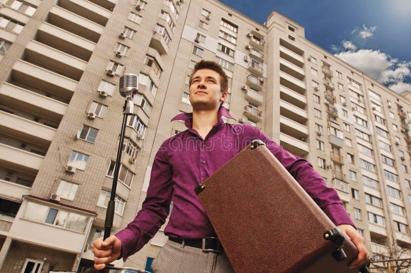 Mann mit Mikrofon und Ampere lizenzfreies stockfoto