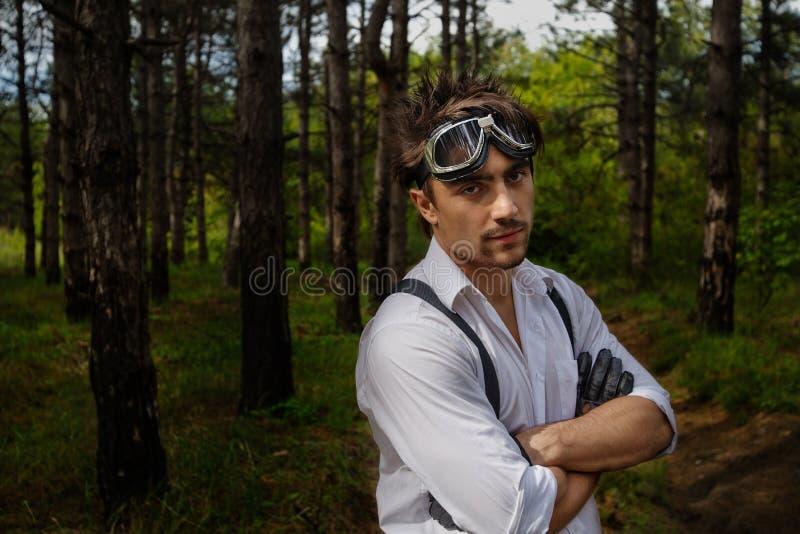 Mann mit Motorradschutzbrillen und -handschuhen lizenzfreies stockbild