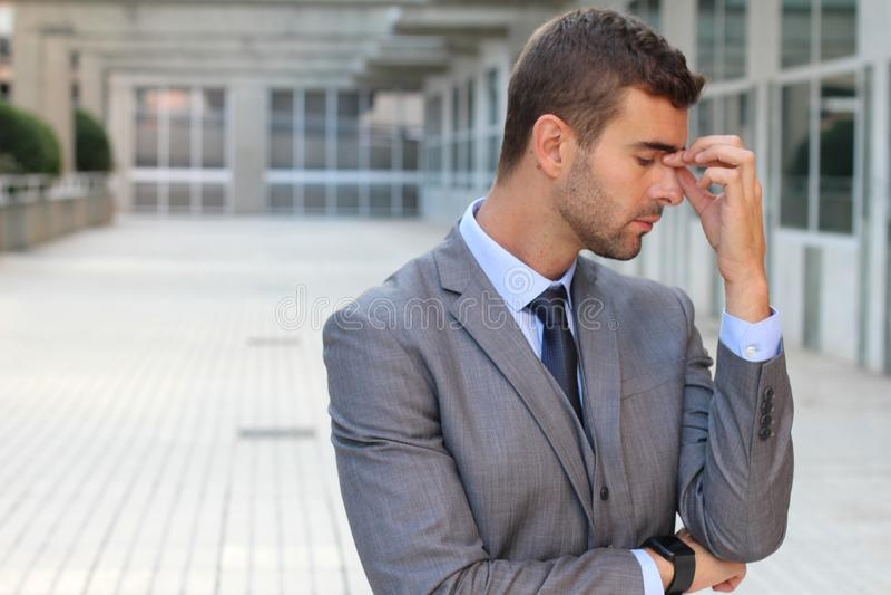 Mann mit Nebenhöhlenentzündung in den Büroräumen stockbild