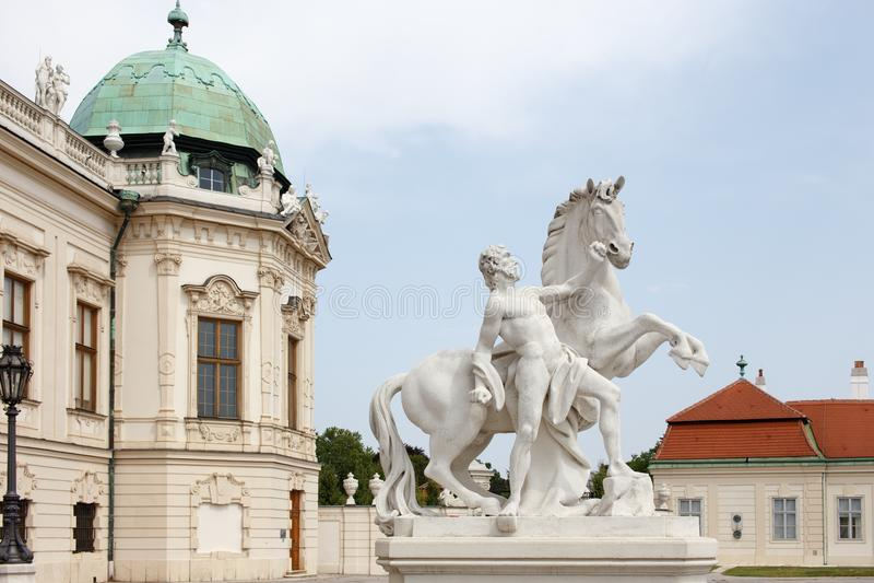 Mann mit Pferdebarocker Statue am Belvederepalast, Wien, Austr lizenzfreie stockfotografie