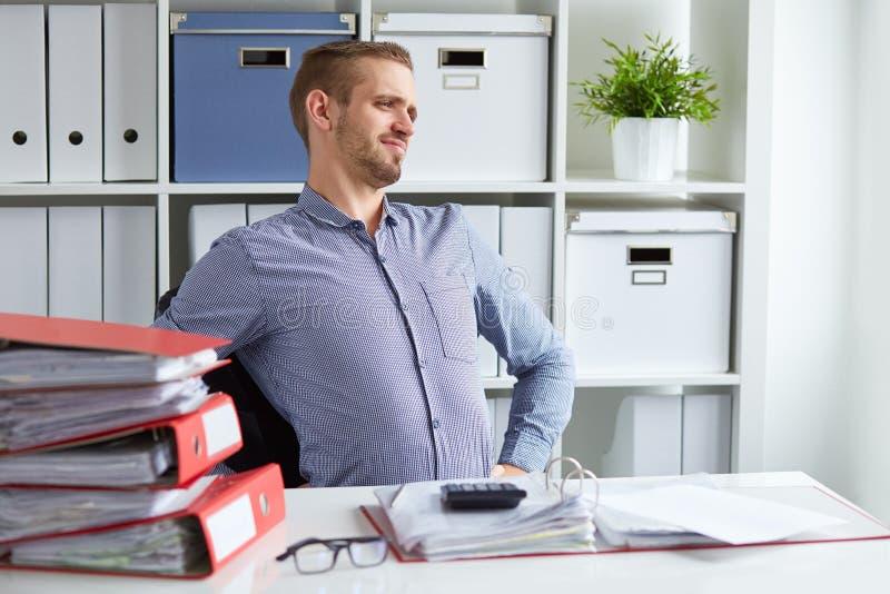 Mann mit Rückenschmerzen lizenzfreies stockbild