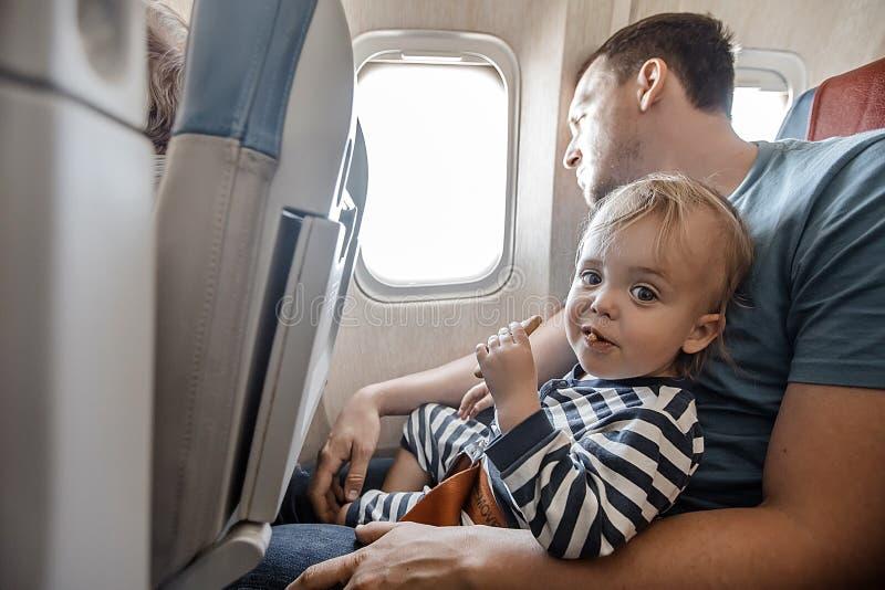 Mann mit reizend Kind in der Fläche lizenzfreies stockbild