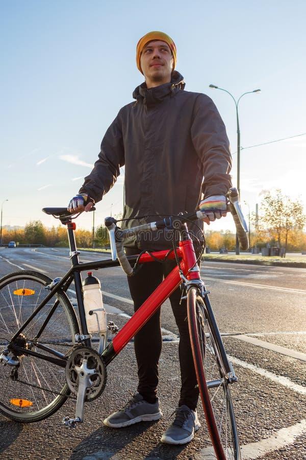 Mann mit Rennrad stockfotos