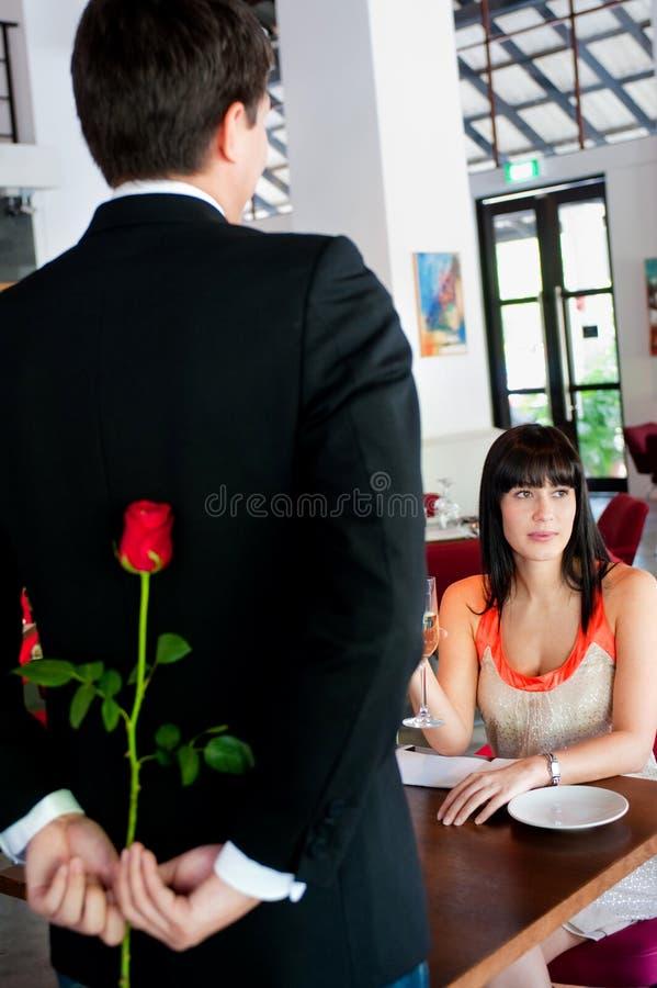 Mann mit Rose stockfoto
