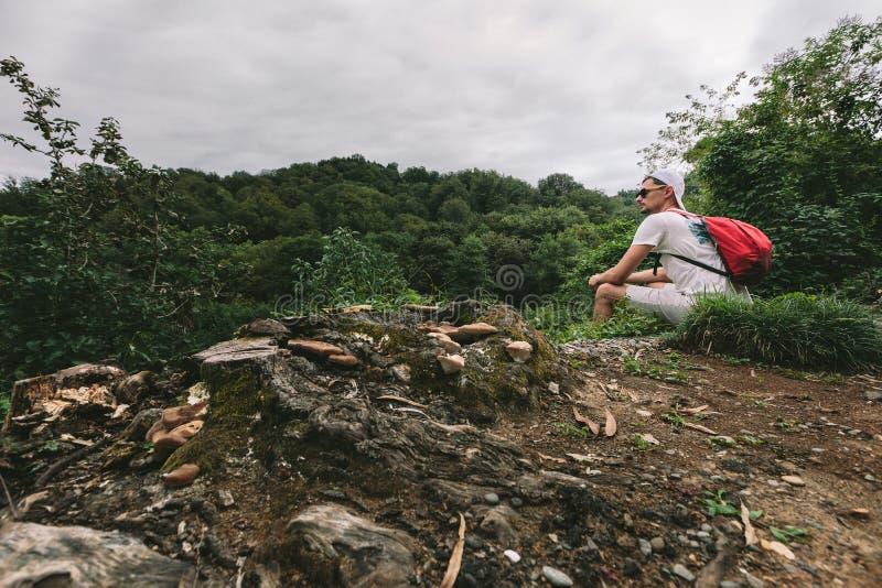 Mann mit Rucksack gehend in den Wald lizenzfreies stockfoto