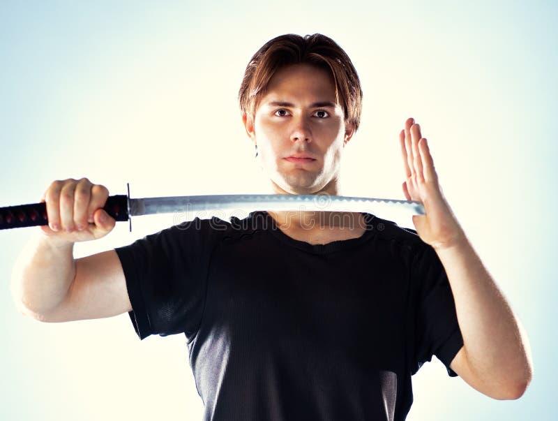 Mann mit Samuraiklinge stockfoto