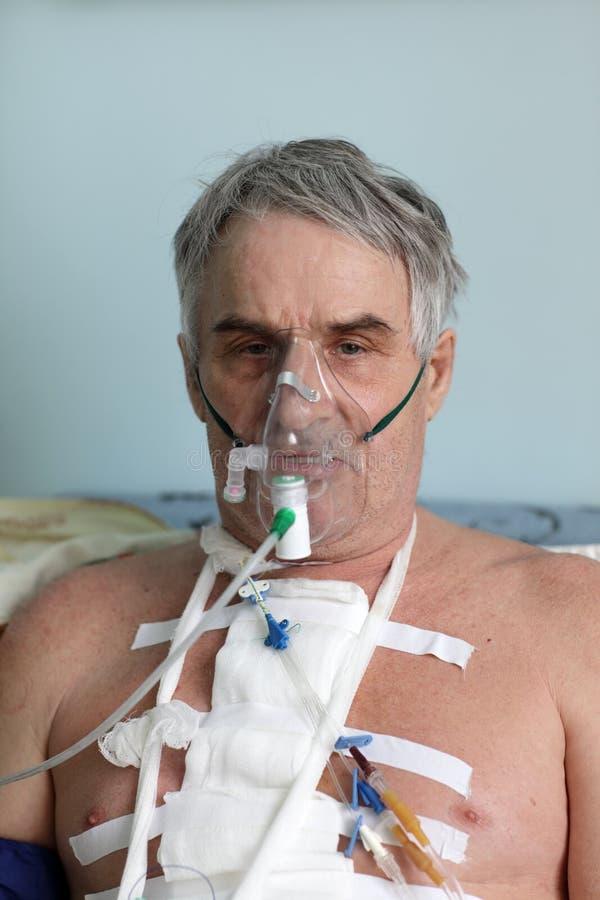 Mann mit Sauerstoffmaske stockbild