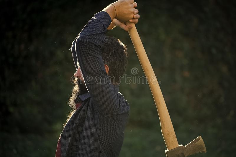 Mann mit scharfer Axt lizenzfreie stockbilder