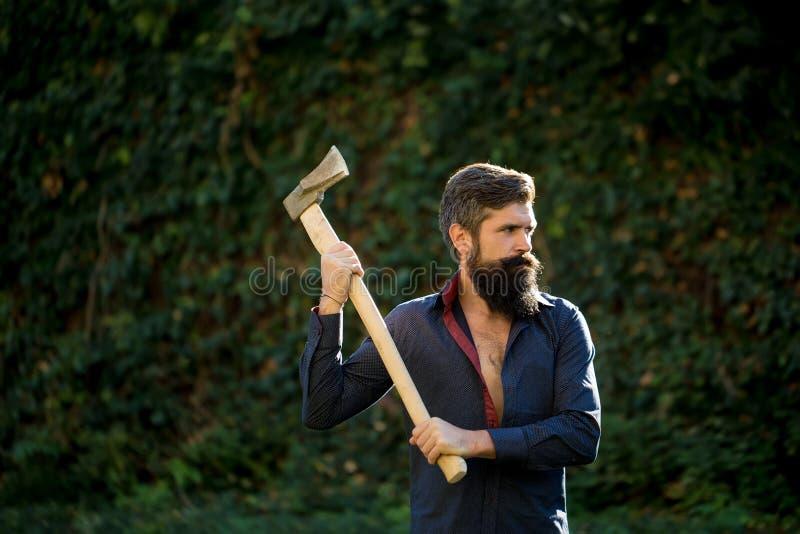 Mann mit scharfer Axt stockfotos
