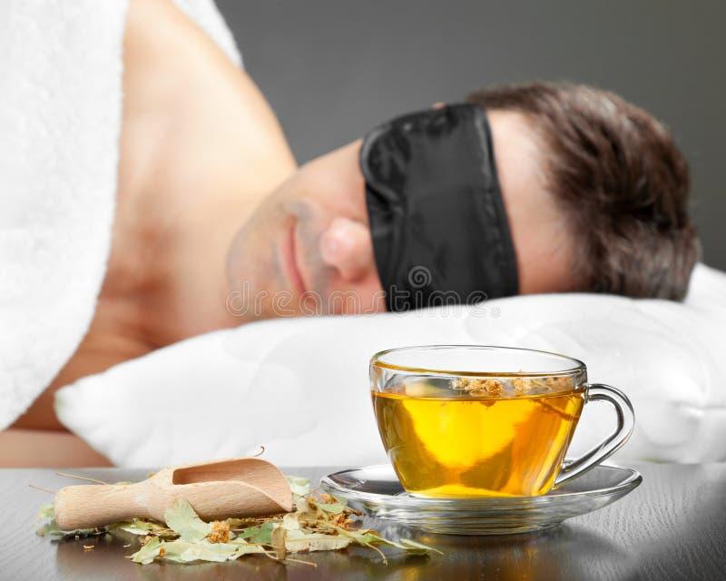 Download Mann Mit Schlafenschablonenschlaf Auf Einem Bett Stockfoto - Bild von schwarzes, zubehör: 27728968