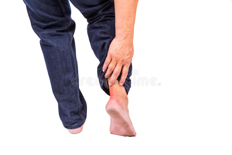 Mann mit schmerzlicher Entzündung an der Rückseite des Fußes lizenzfreies stockfoto