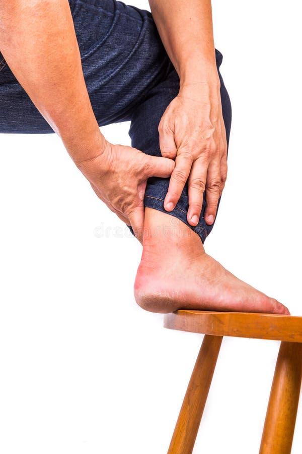 Mann mit schmerzlicher Entzündung an der Rückseite des Fußes stockfotografie