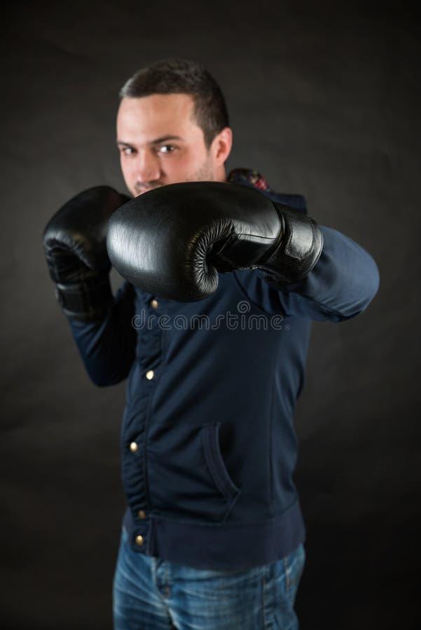 Mann mit schwarzen Boxhandschuhen Ein Konzept einer Herausforderung lizenzfreie stockfotografie