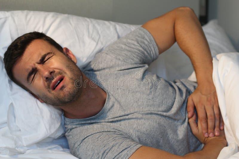 Mann mit schwerem Unterleibsunbehagen stockfoto