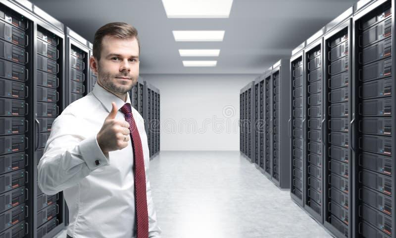 Mann mit seinem rechten Daumen oben im Serverraum für Datenspeicherung, Pro stock abbildung