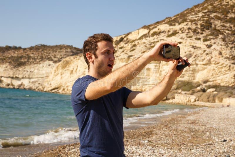 Mann mit smartphone lizenzfreie stockfotografie