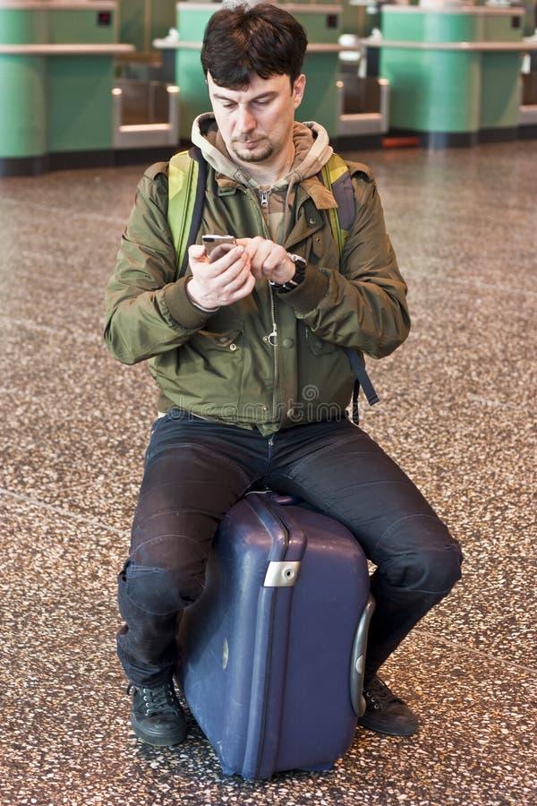Mann mit smartphone am Flughafen stockfotos