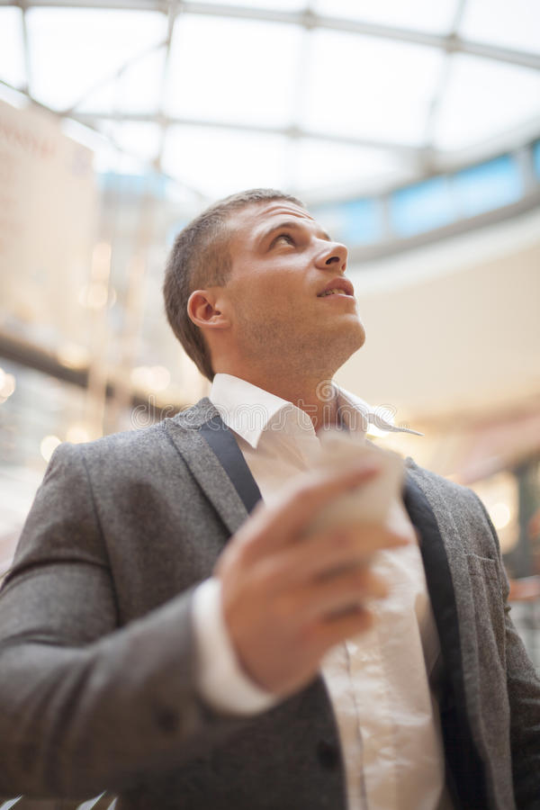 Mann mit smartphone im Geschäftsgebäude stockbilder
