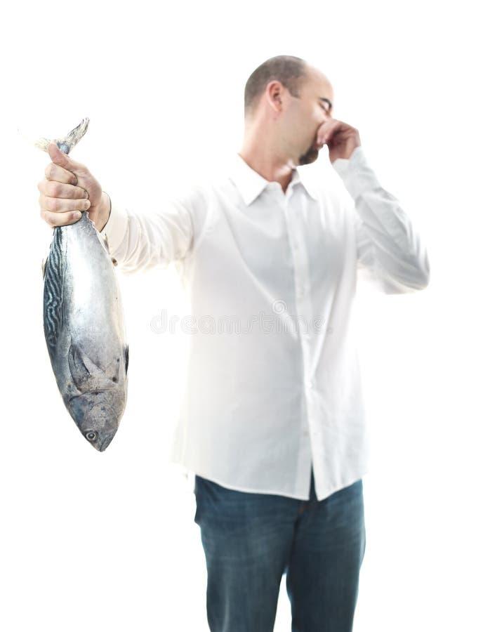 Mann mit smelly Fischen lizenzfreie stockfotos